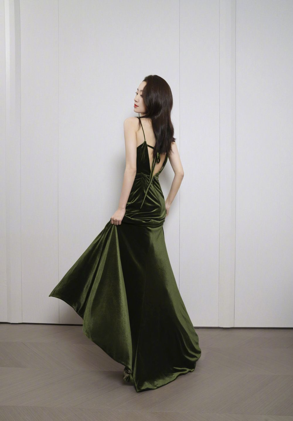 国产礼服惊艳芭莎夜,设计师来头不小,还有那破次元壁的故事