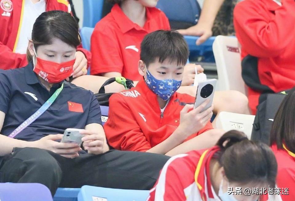 多位奥运冠军争相合影之后,全红婵再晒照片!18字送给所有人