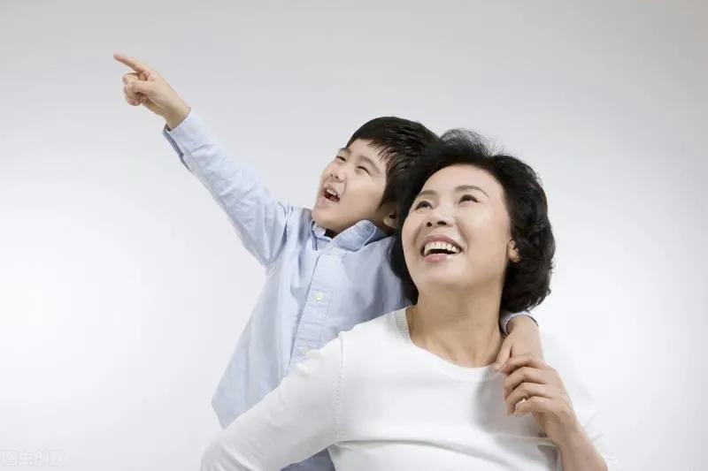 不帶孫子和帶孫子的婆婆,晚年生活差距大嗎?看看兩位大媽怎麼說