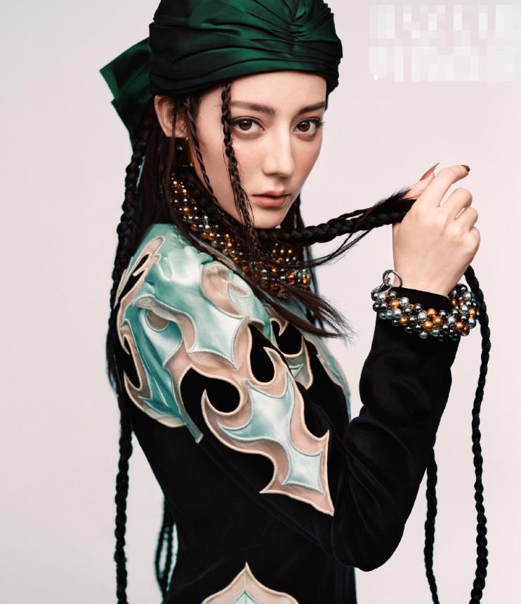 迪丽热巴花朵大片出炉,头巾造型酷似海盗,突破自我解锁新造型
