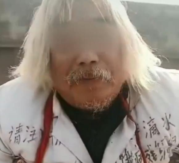 河南一男子给了乞讨老人2块钱。当他去银行存钱时,他很尴尬:他存的比我多