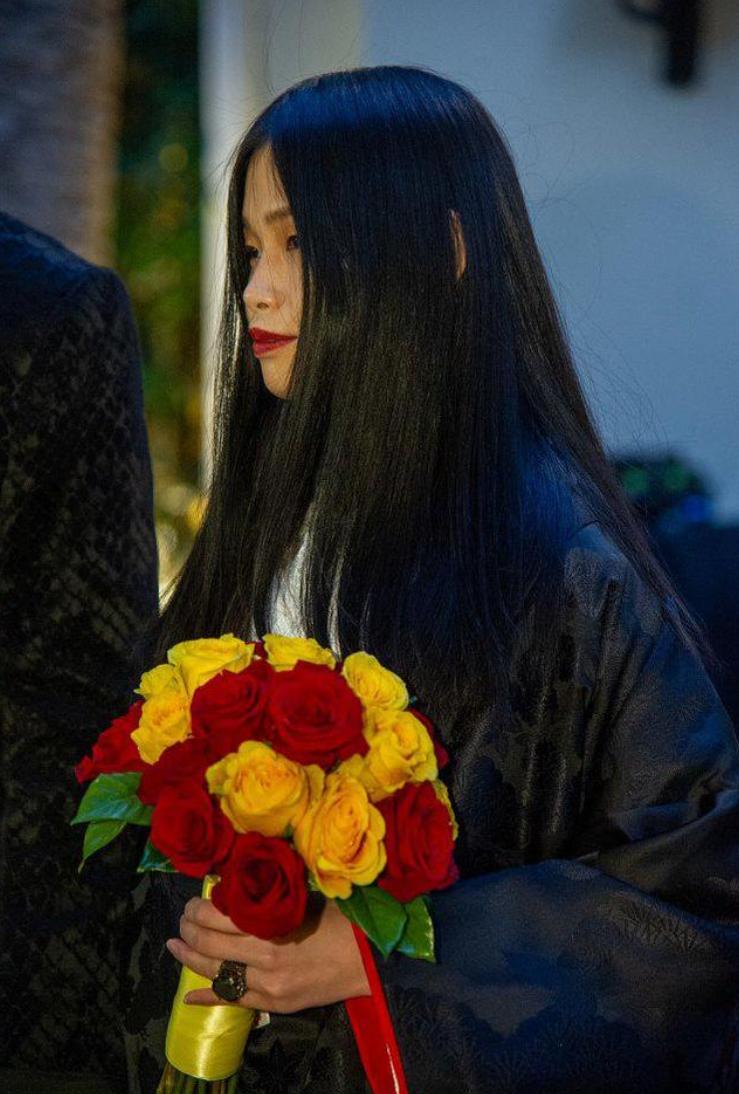 影帝凯奇又双叒结婚了!第5任妻子穿身黑袍当婚纱,现场美得诡异