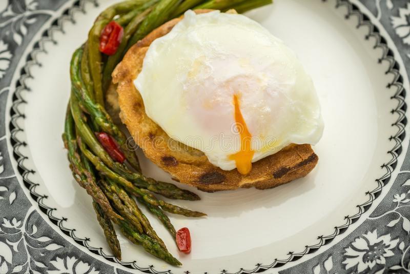 水煮荷包蛋,水开下锅可不行,难怪不圆润还散花,教你正确做法 美食做法 第2张
