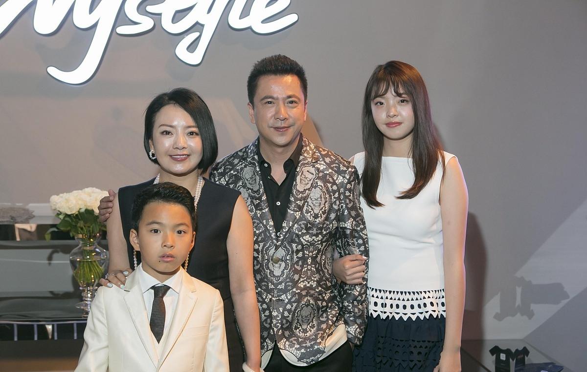 王中磊一家四口同框,女儿像妈儿子像爸,王文也穿修身裙比妈丰满