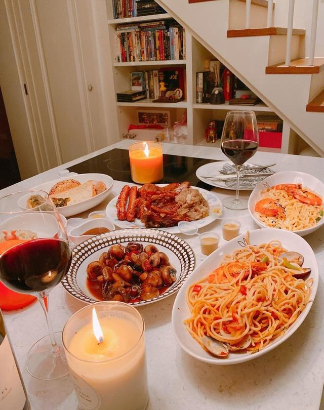 陈乔恩艾伦庆祝恋爱一周年 二人共进烛光晚餐亲密依偎