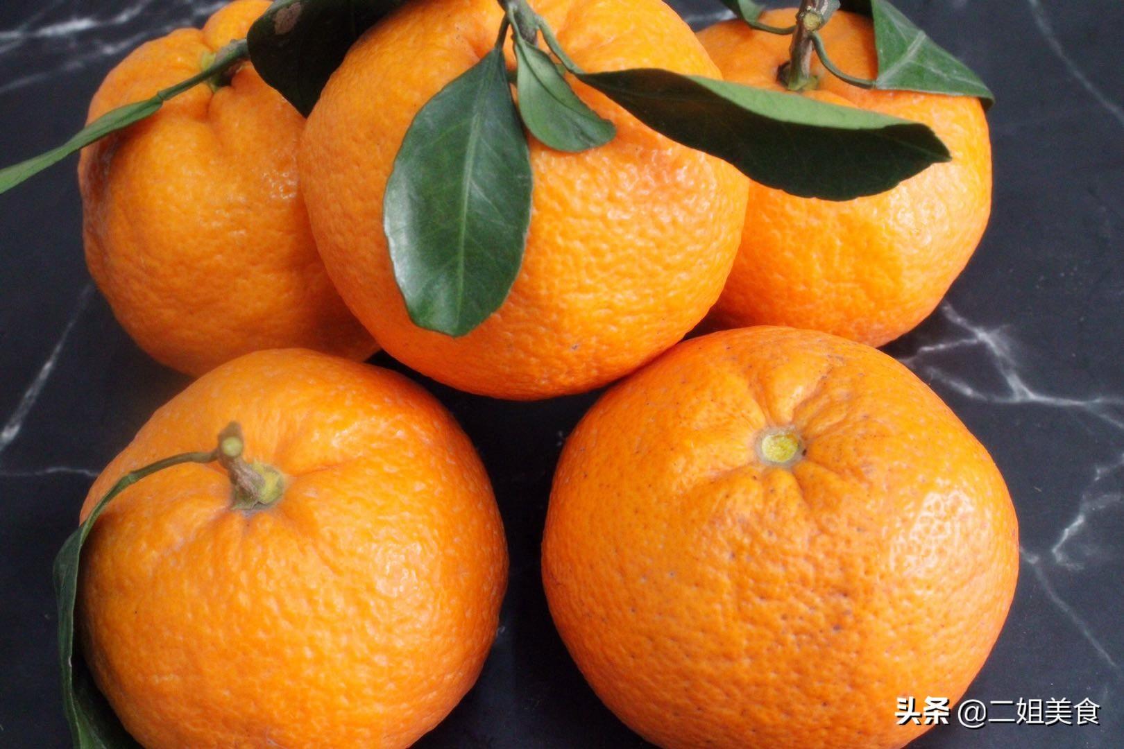 在橘子顶部开一个口,太聪明了,用途花钱买不到,简单还实用