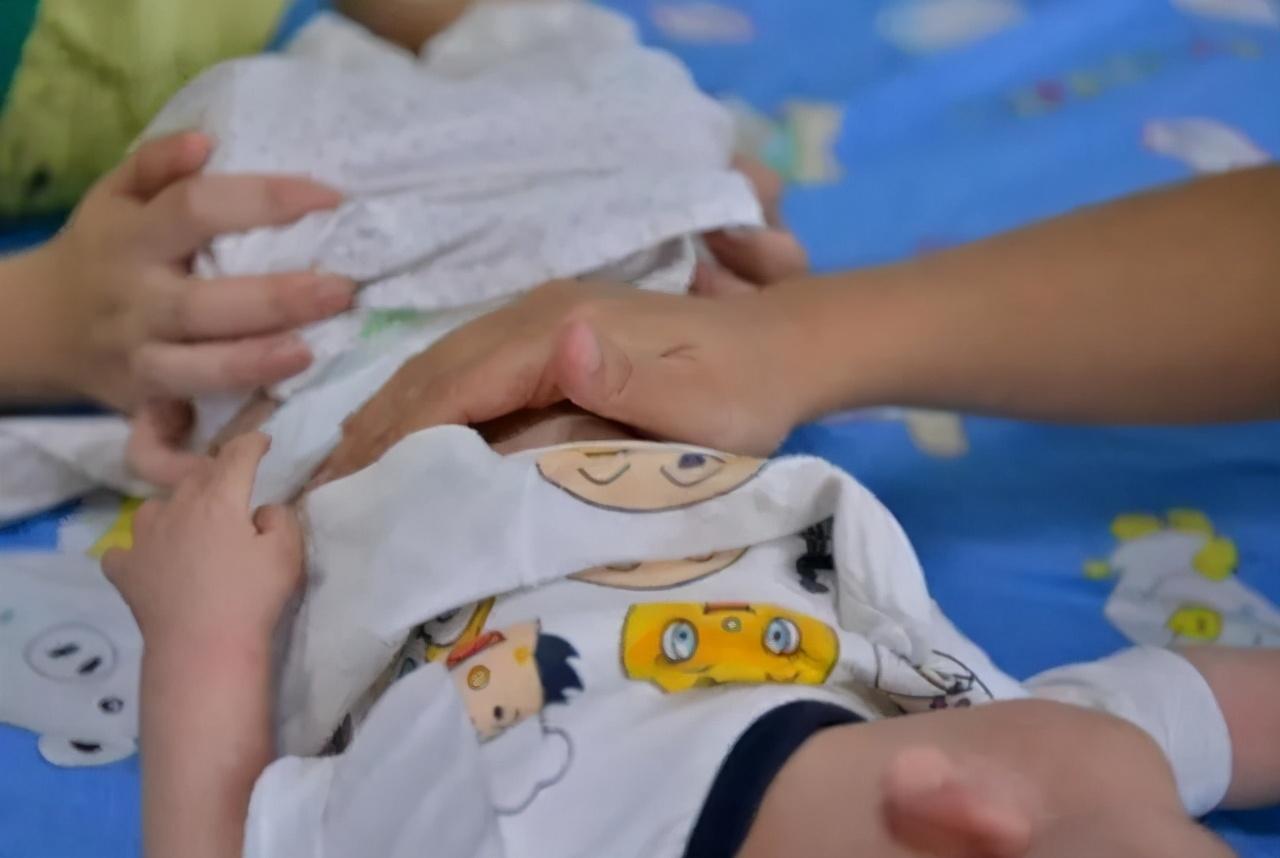 7月龄宝宝因辅食住院,医生:不满2岁,六种辅食不要喂