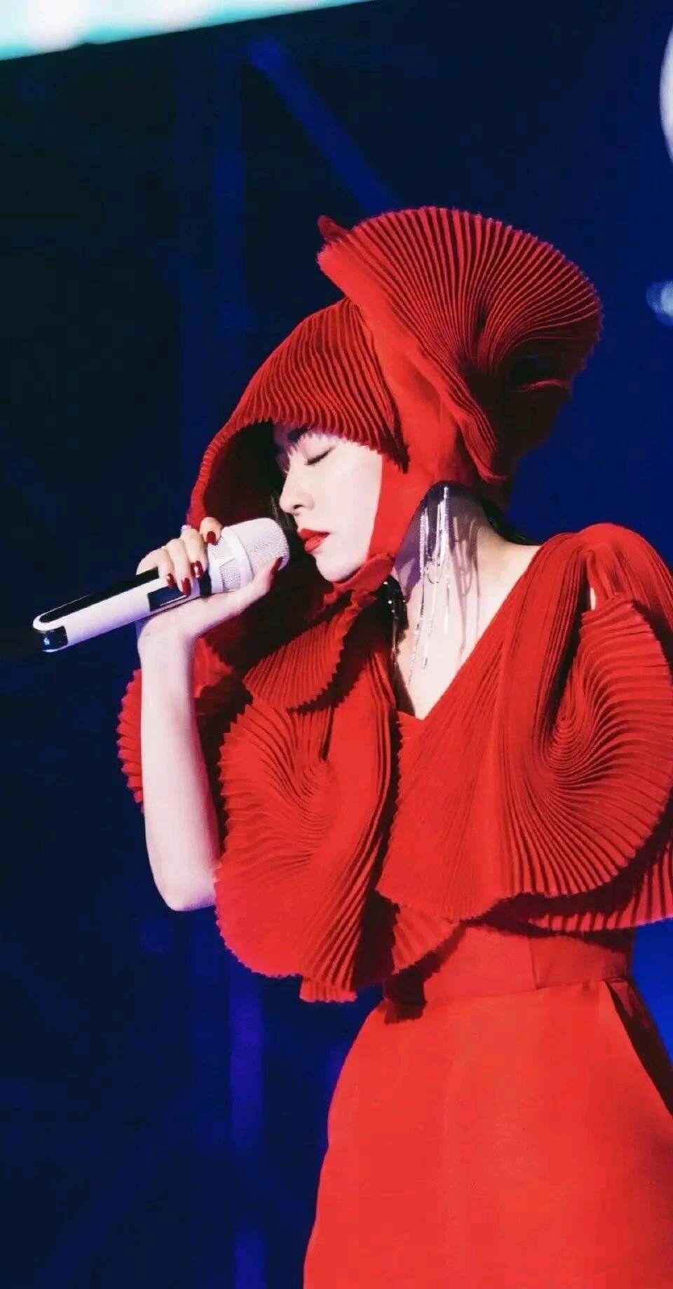 张靓颖真是人美歌甜,鲜红服时髦惊艳又个性,网友直呼太浮夸!