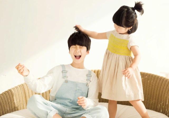 张亮5岁女儿近照,一头卷发对镜臭美,五官和哥哥天天如复制粘贴