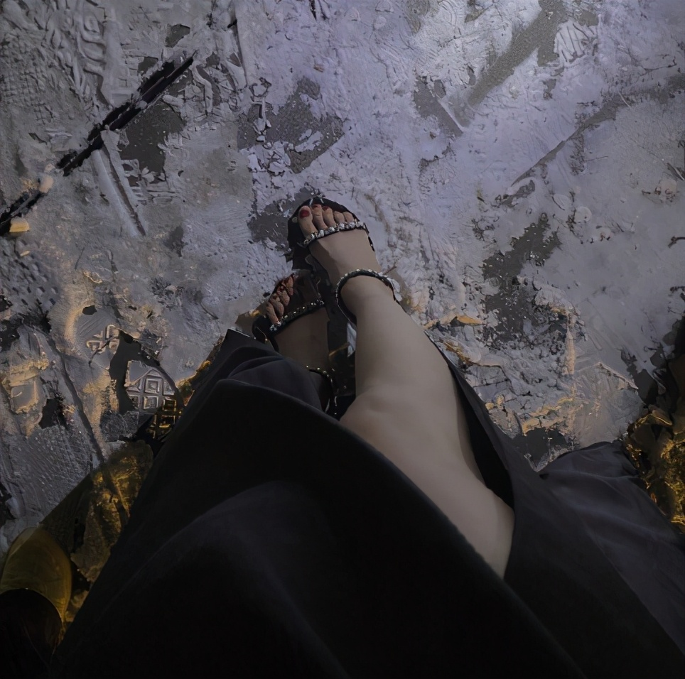 关晓彤雨雪天穿着凉鞋工作冻一天直言:我太难了
