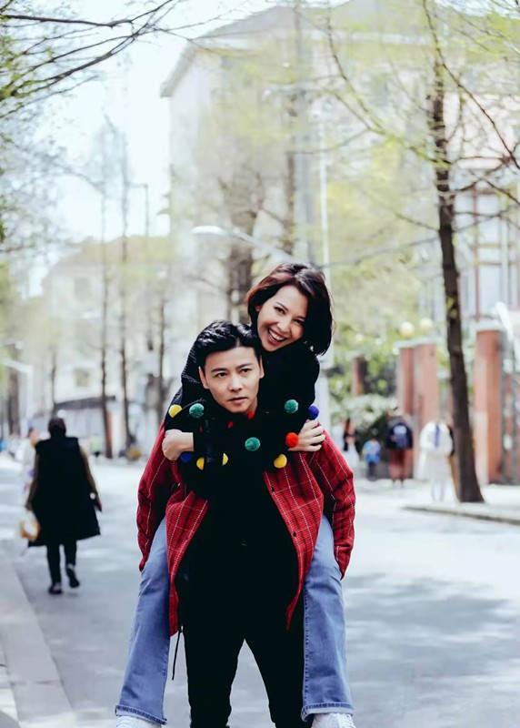 蔡少芬夫婦秀恩愛,毛衣上縫彩色小球好減齡,嫁張晉後越活越年輕