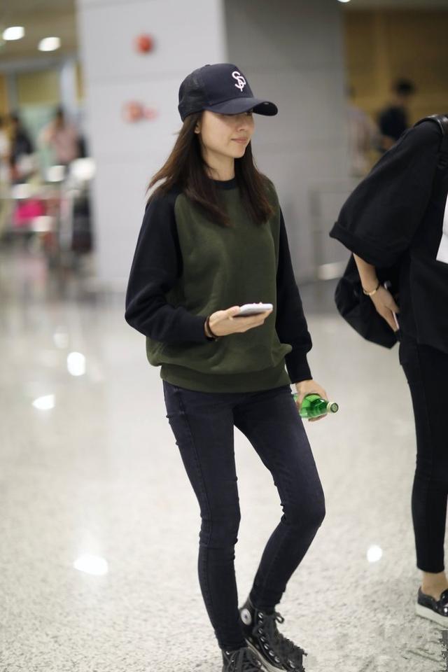 董洁腿有多细?当她和助理同穿小黑裤走机场,我算领教到了