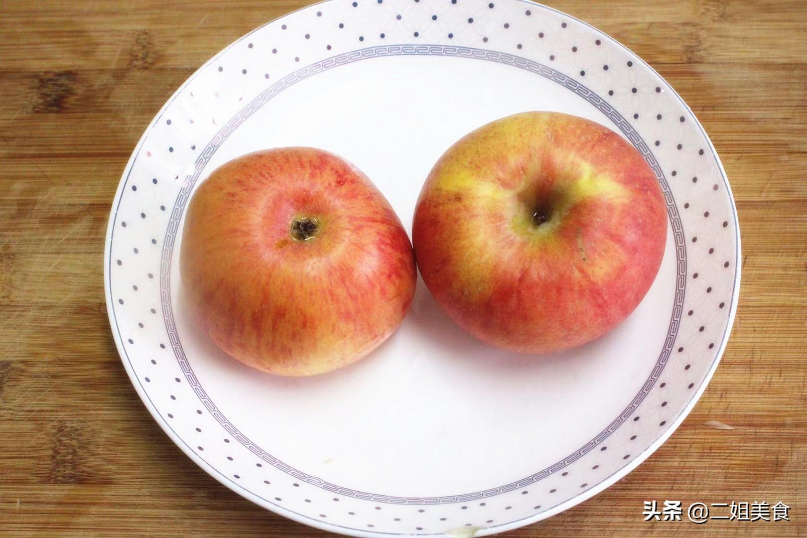 把蘋果放鍋裡蒸一蒸,營養可口,比外面甜品還好吃,簡單還實用