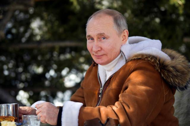 普京发布新照片,身着羊皮衣站车前,69岁仍阳光帅气