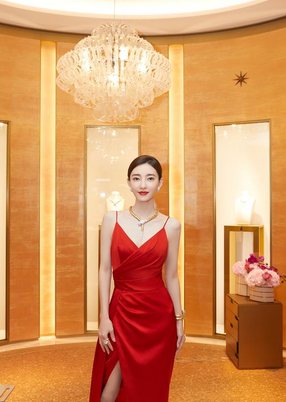 王丽坤骨架太小了,穿细带红裙明艳炙热,胯比肩宽不丑还很有气场