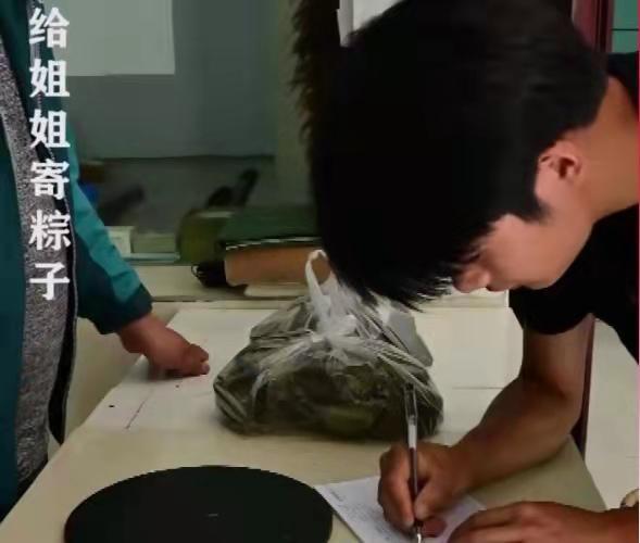 為供姐姐讀大學,23歲農村弟弟拍短視頻創業,還要照顧患病母親