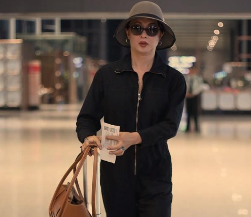 53岁金星终于一改以往风格!机场穿连体裤显威武,果然岁月不饶人