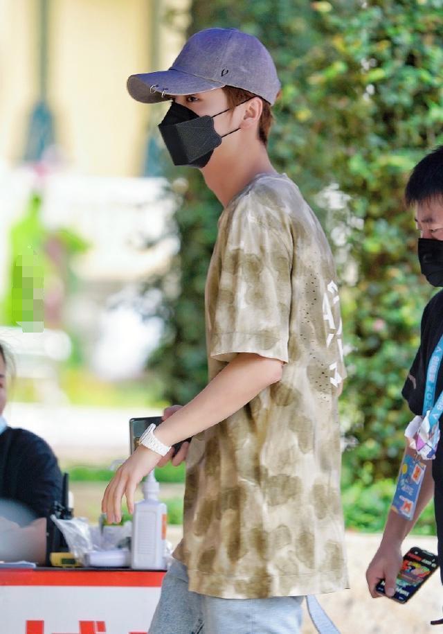 鹿晗秀恩爱几年前的棒球帽依旧不离身,被扒出与关晓彤是情侣款
