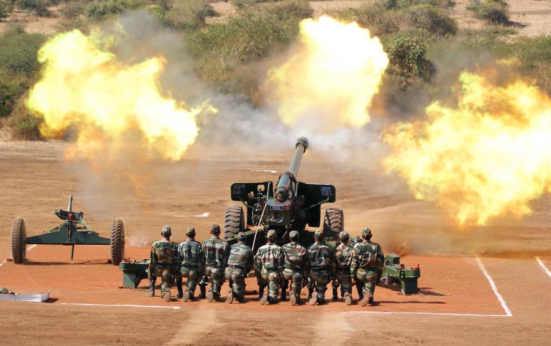 边境紧张之际,解放军前沿部队列装新型轮式火箭炮,印军处境艰难