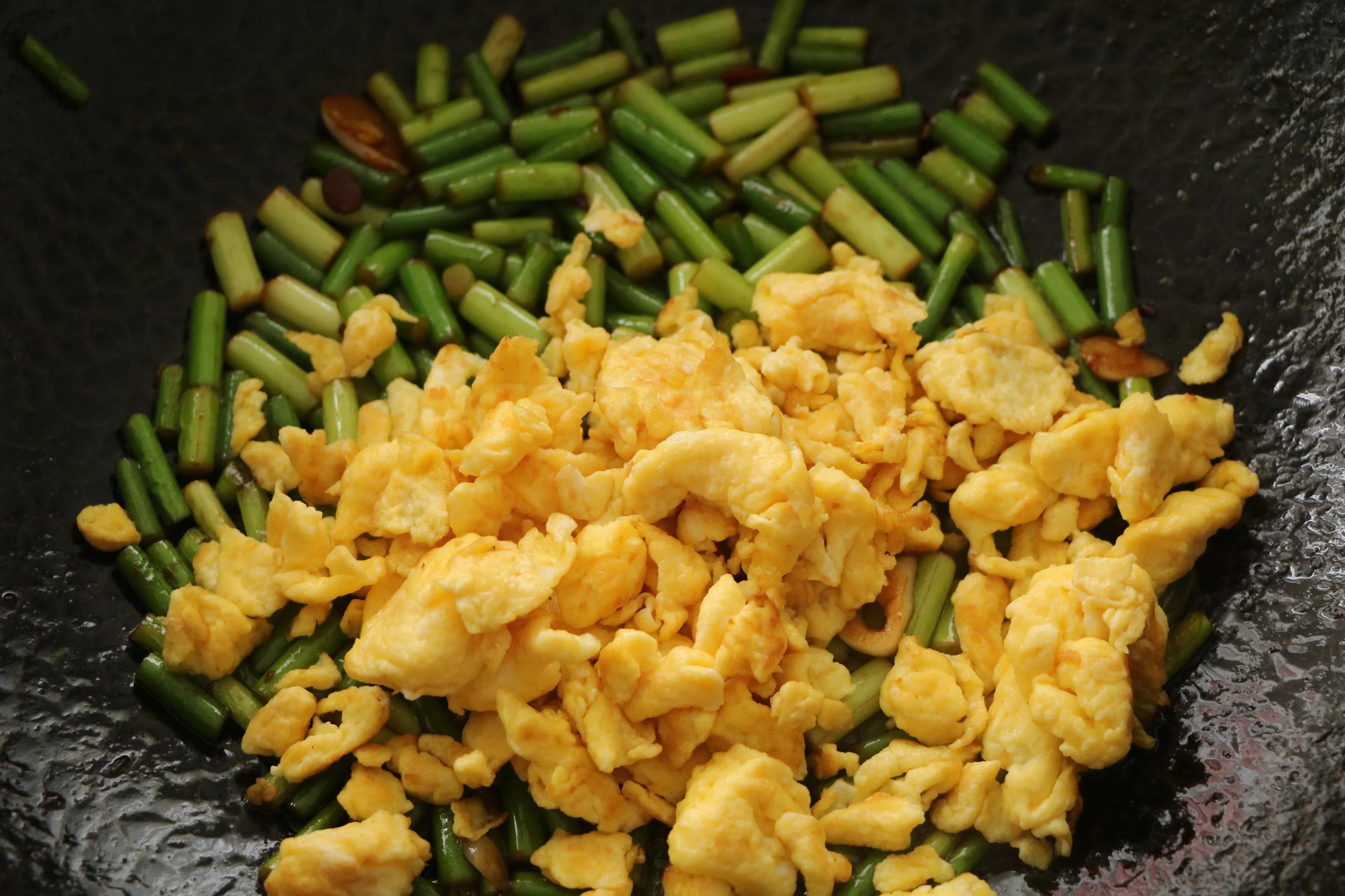 鸡蛋和蒜薹的新吃法,酱香美味,鲜嫩好吃,特下饭!一定要试试 美食做法 第10张