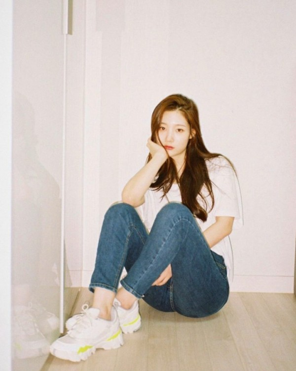 韓流女偶像們身穿白色襯衫和藍色牛仔褲,也擋不住完美身材