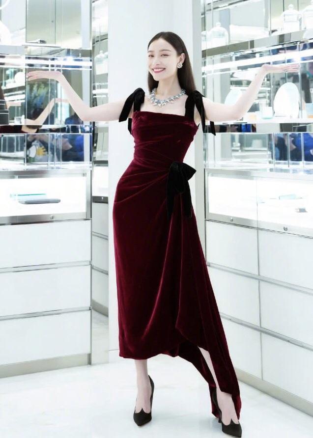 """真正优雅的女人,都知道如何穿""""丝绒裙"""",穿对了才能高贵显气质"""