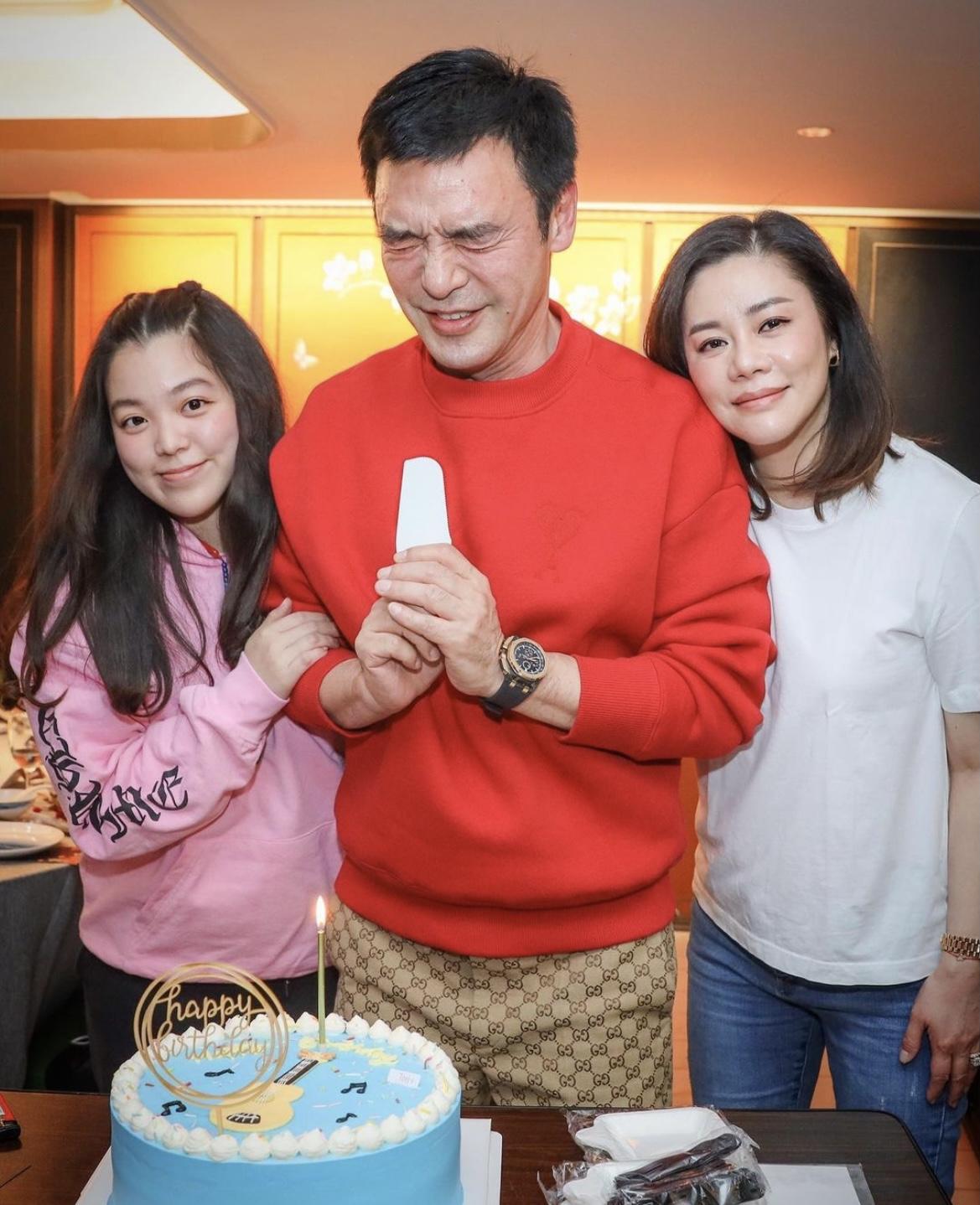 鐘鎮濤曬照慶68歲生日,范姜安排派對製造驚喜,仨女兒伴隨慶生