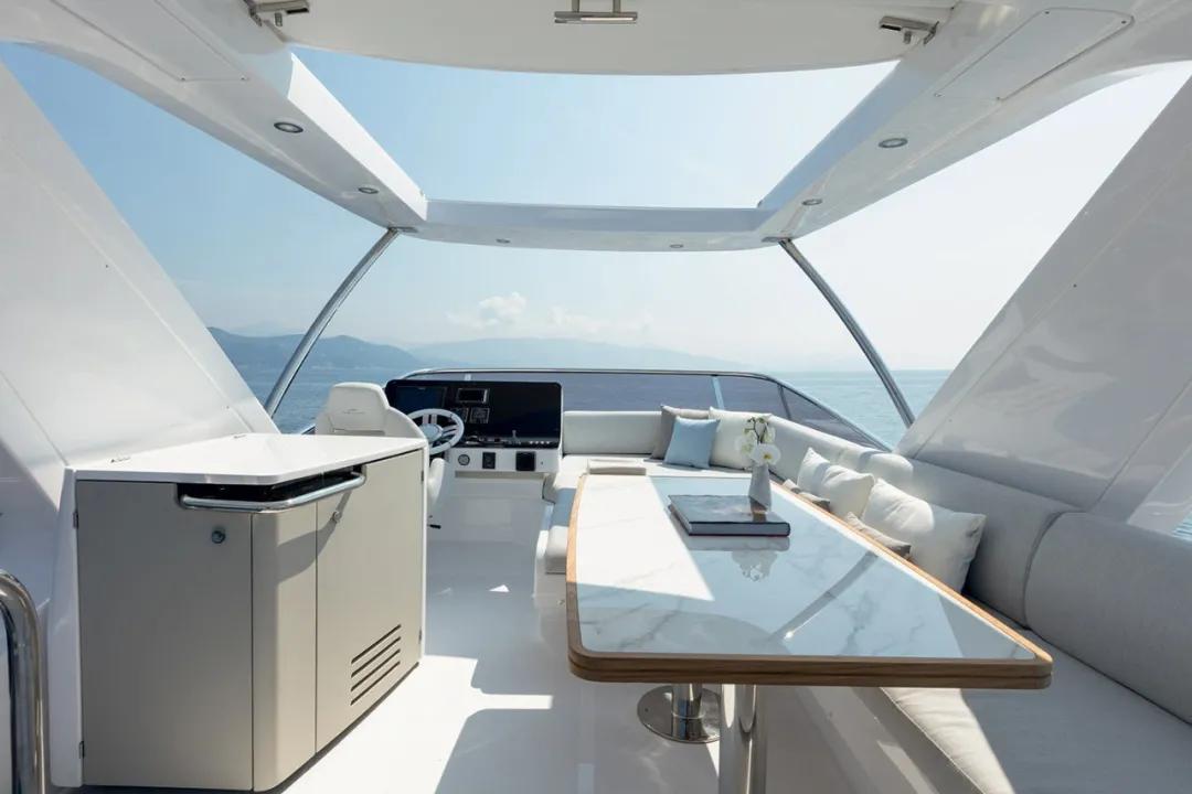 全长16.9米,排水量29吨,Azimut 55豪华飞桥游艇