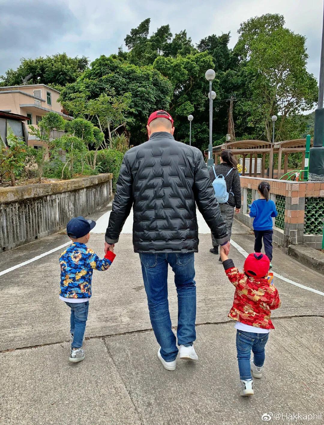 胡杏兒挺孕肚陪家人出遊,互動溫馨有愛,李乘德當車夫大展爸爸力
