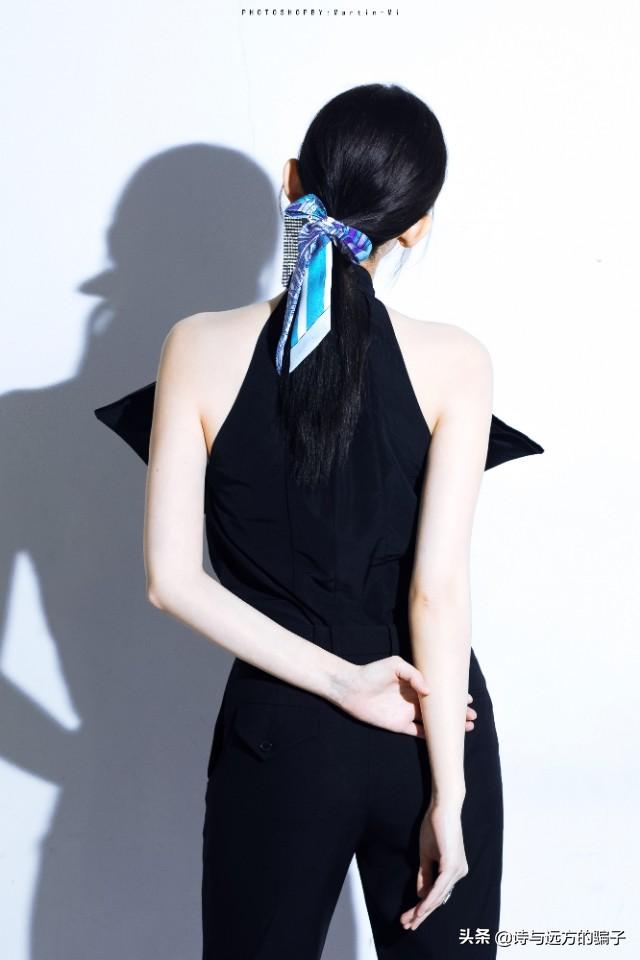 娜扎&吉娜最强撞脸,巨型蝴蝶结挂脖裝,直角肩太优越了吧