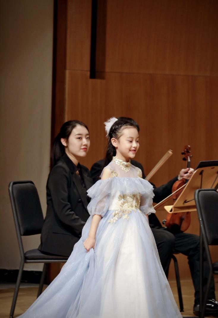 李小璐帶女兒遊故宮,甜馨輕鬆翻跟頭,被媽媽背在背上互動溫馨