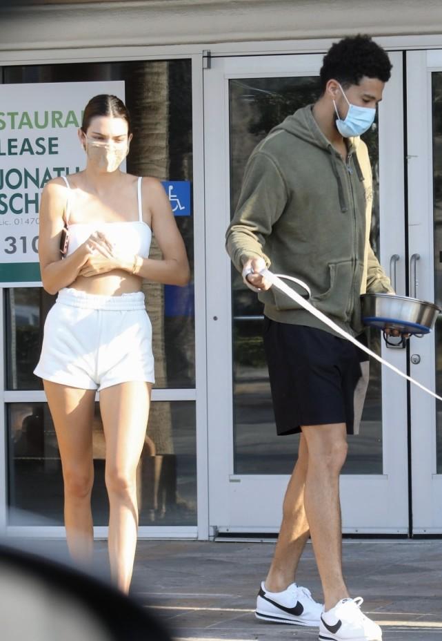肯豆和新男友齐出街露面!肯豆穿白色吊带配短裤,身材高挑太吸睛