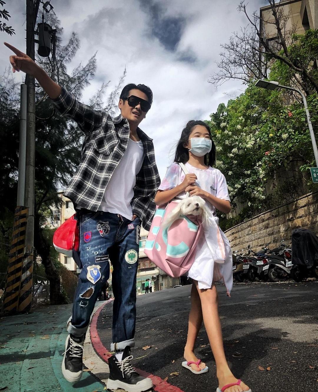 曹格10歲女兒亭亭玉立,與爸爸同框像情侶,被讚漫畫腿出眾