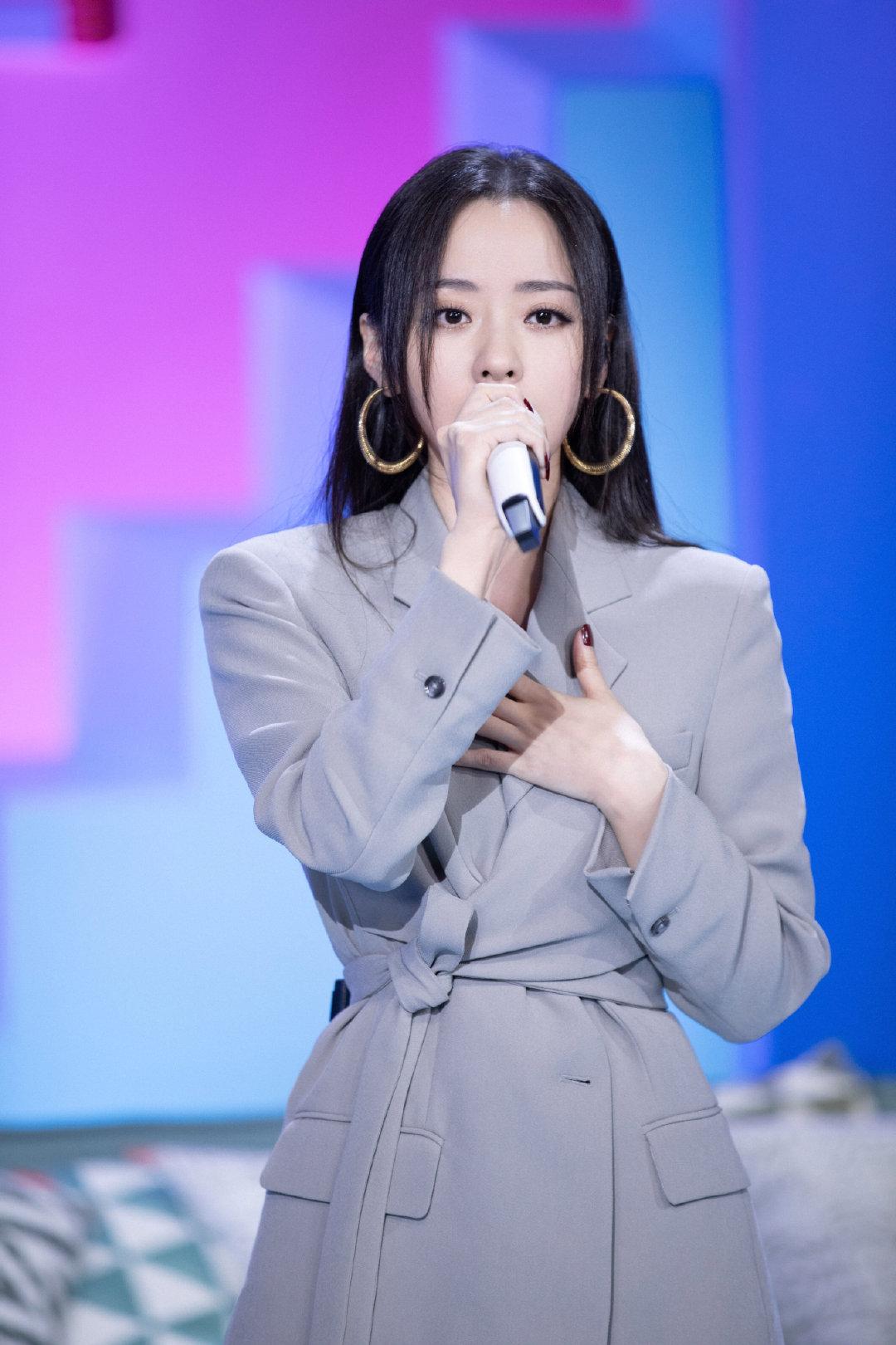 张靓颖《中国新说唱》唱自身经历,卡其色西装彰显气质,知性迷人