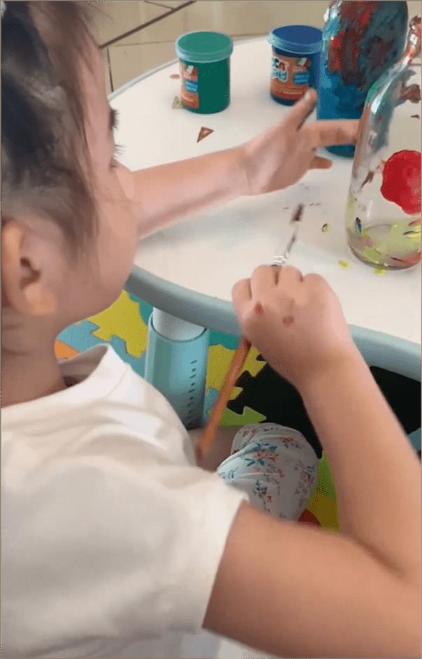 郭富城娇妻女儿涂鸦花瓶,姐姐C宝侧颜美,妹妹扎羊角辫专注可爱
