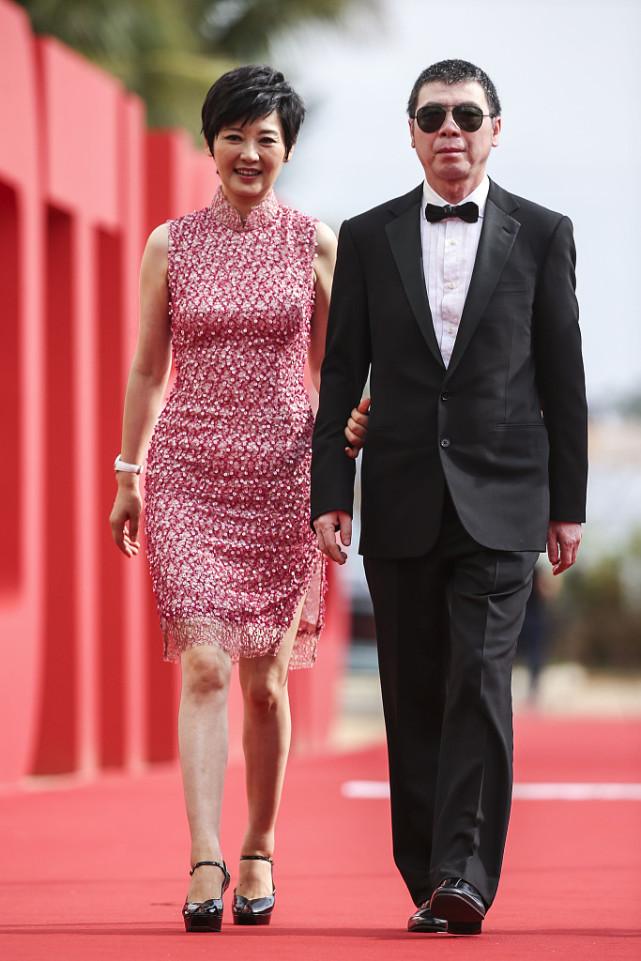冯小刚携妻子出席活动,徐帆穿粉色旗袍真优雅,半百年纪依旧不老