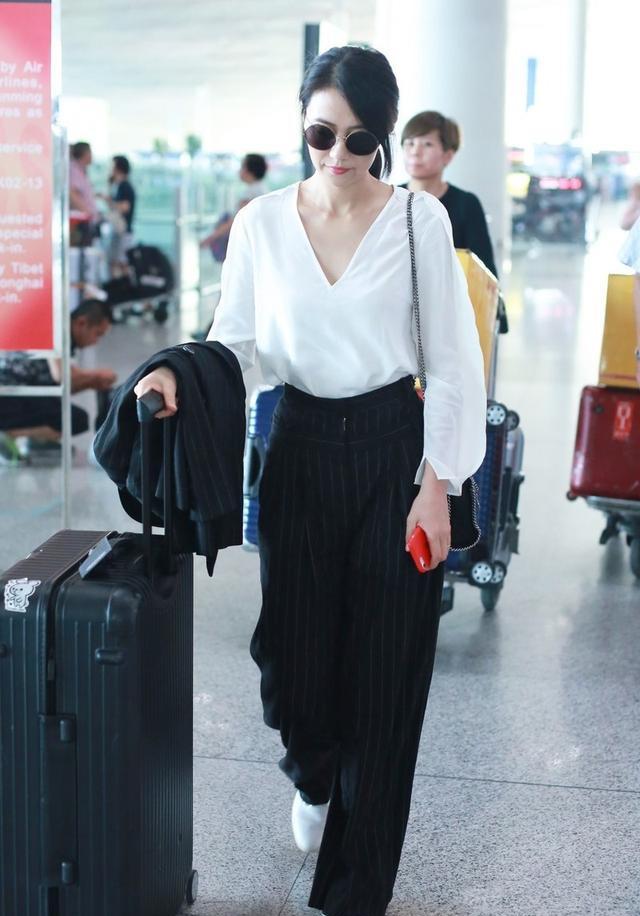 大S與小S出遊,姐妹2人穿同款白衣黑褲,簡潔隨意的Style不失端莊
