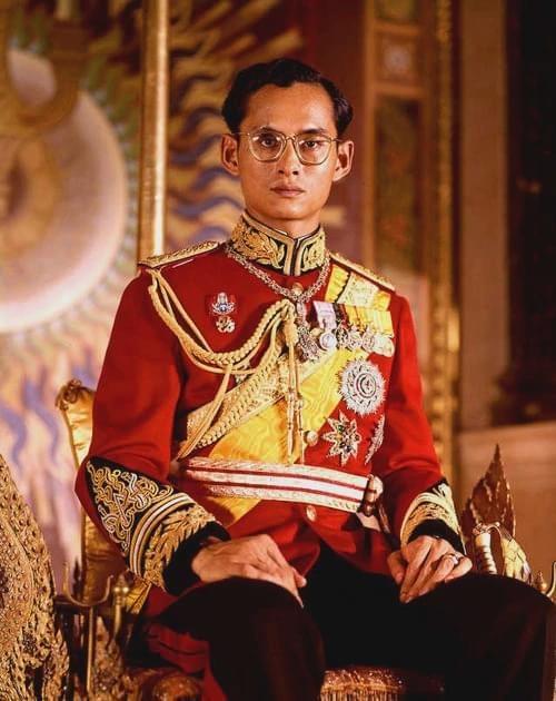 無心政治,瘋狂斂財上百億的泰國國王,為何還備受人民愛戴?