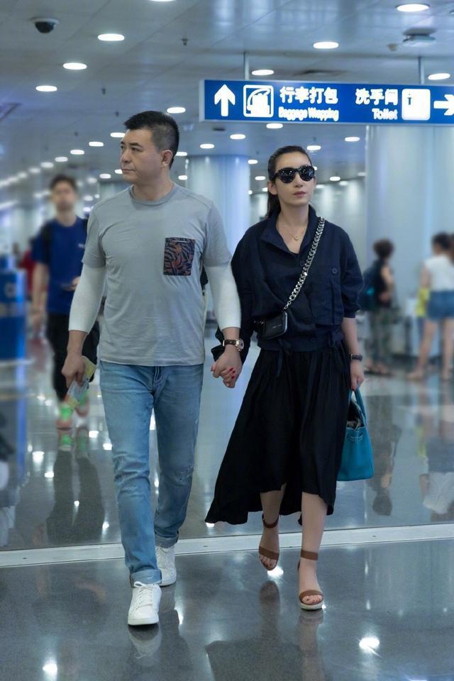 秦海璐与老公在机场撒狗粮,41岁美的气质优雅,一点不装嫩