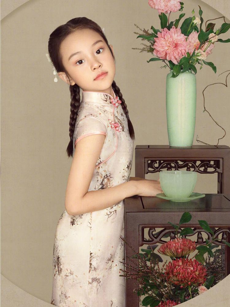女漢子小甜馨長大了! 李小璐曬親子旗袍照,也有點大家閨秀氣質了