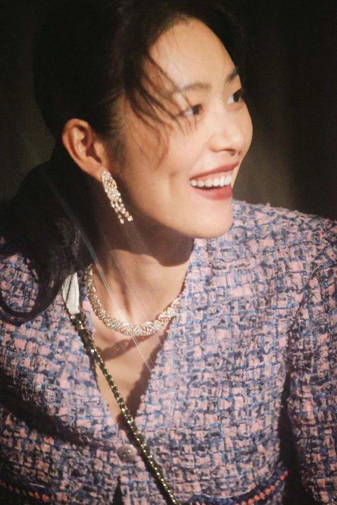 刘雯的笑容太治愈了,随性穿搭却笑得肆意,独属大表姐的国际范