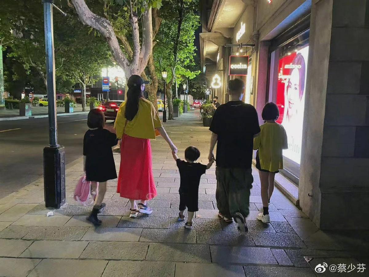 张晋蔡少芬一家过节,五人相拥合影好幸福,俩女儿大长腿吸睛