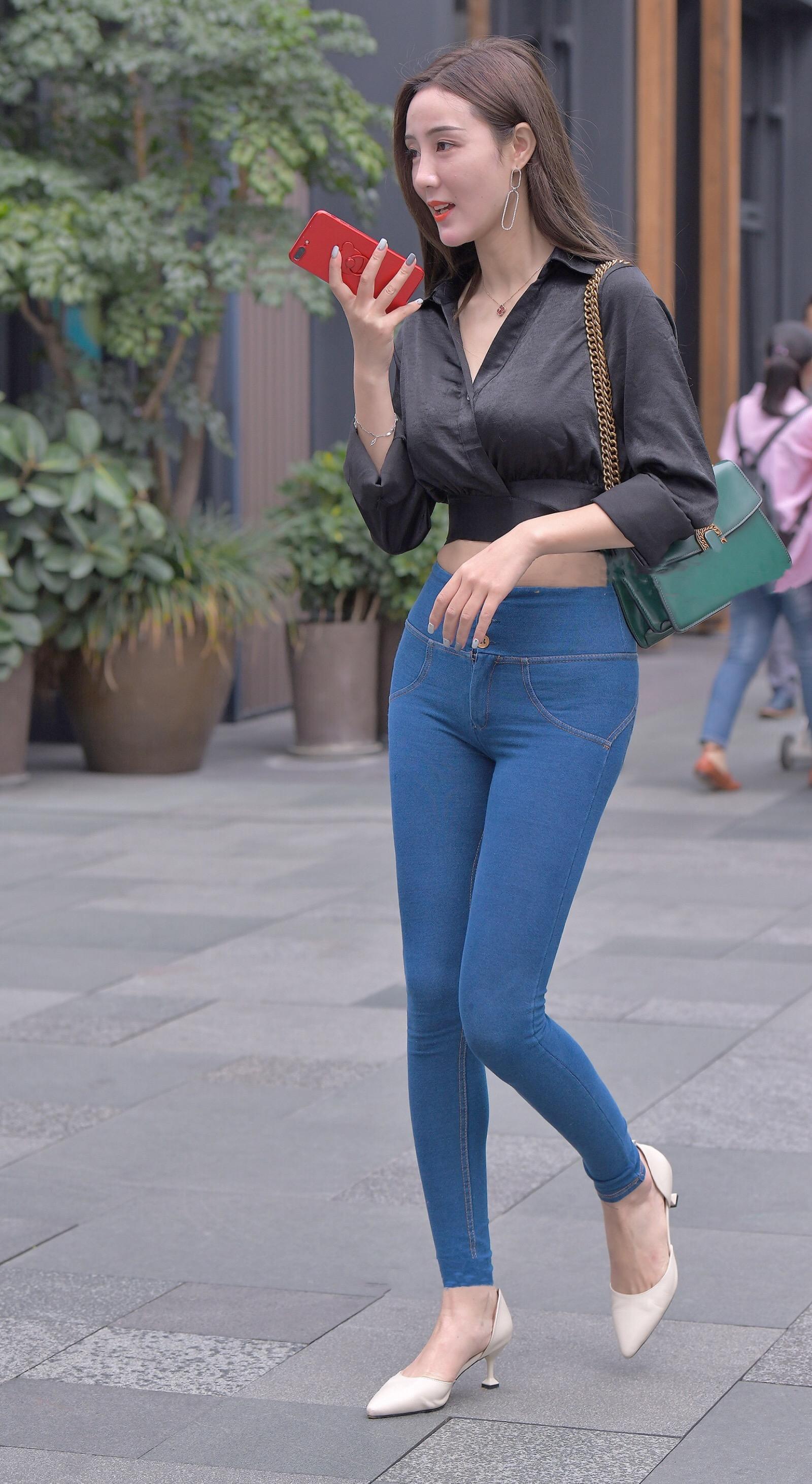 街拍:紧身牛仔裤太好看,把姑娘的身材都显出来了