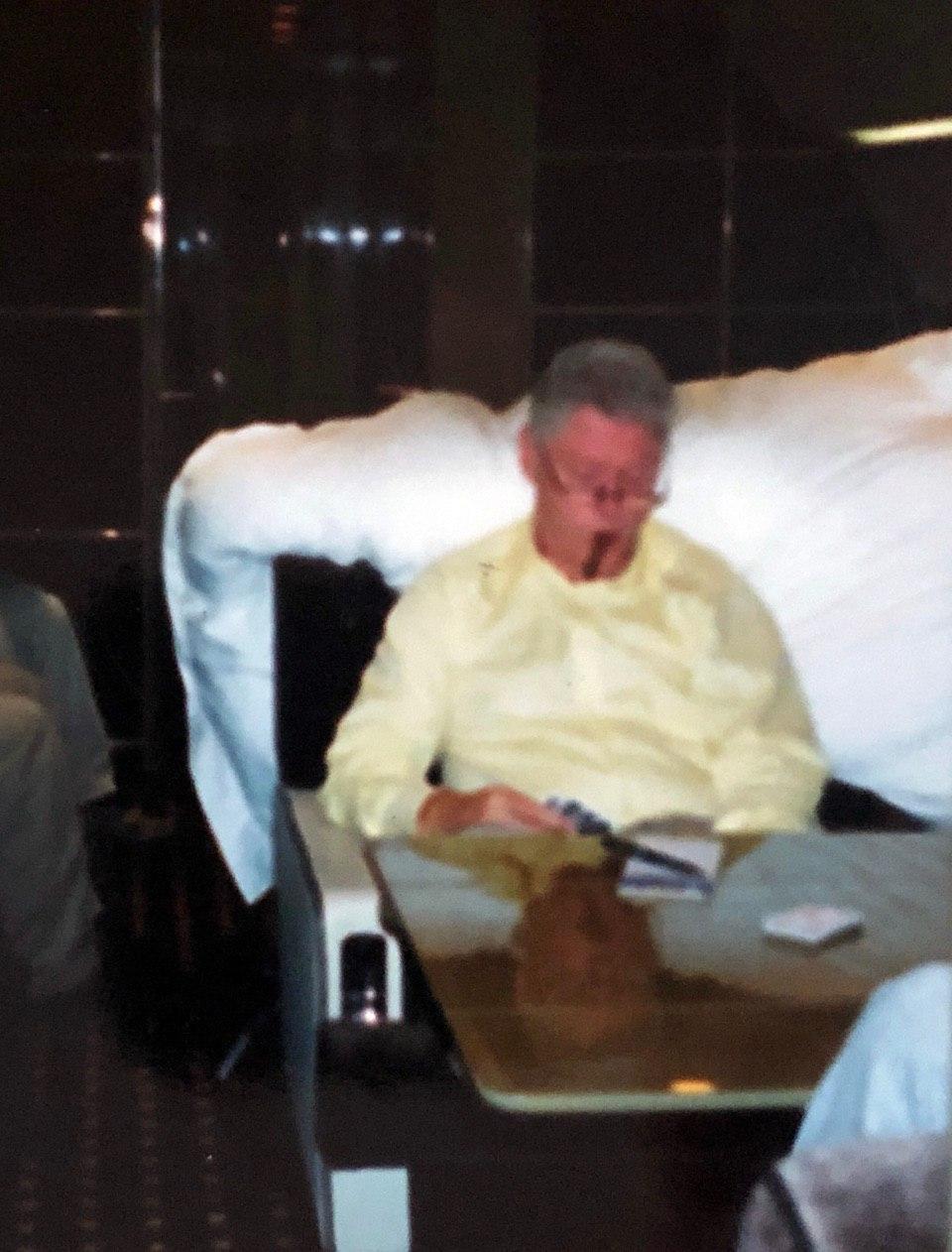 """照片曝光:爱泼斯坦性侵受害人为克林顿按摩脖子,称他很""""绅士"""""""
