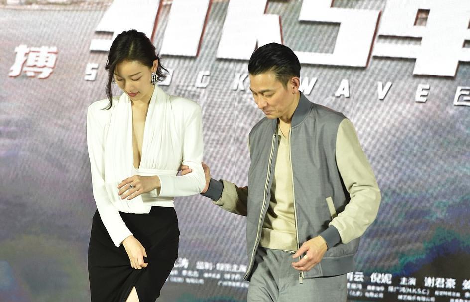 倪妮亮相《拆弹专家2》发布会,短发配黑白长裙,慵懒又美好
