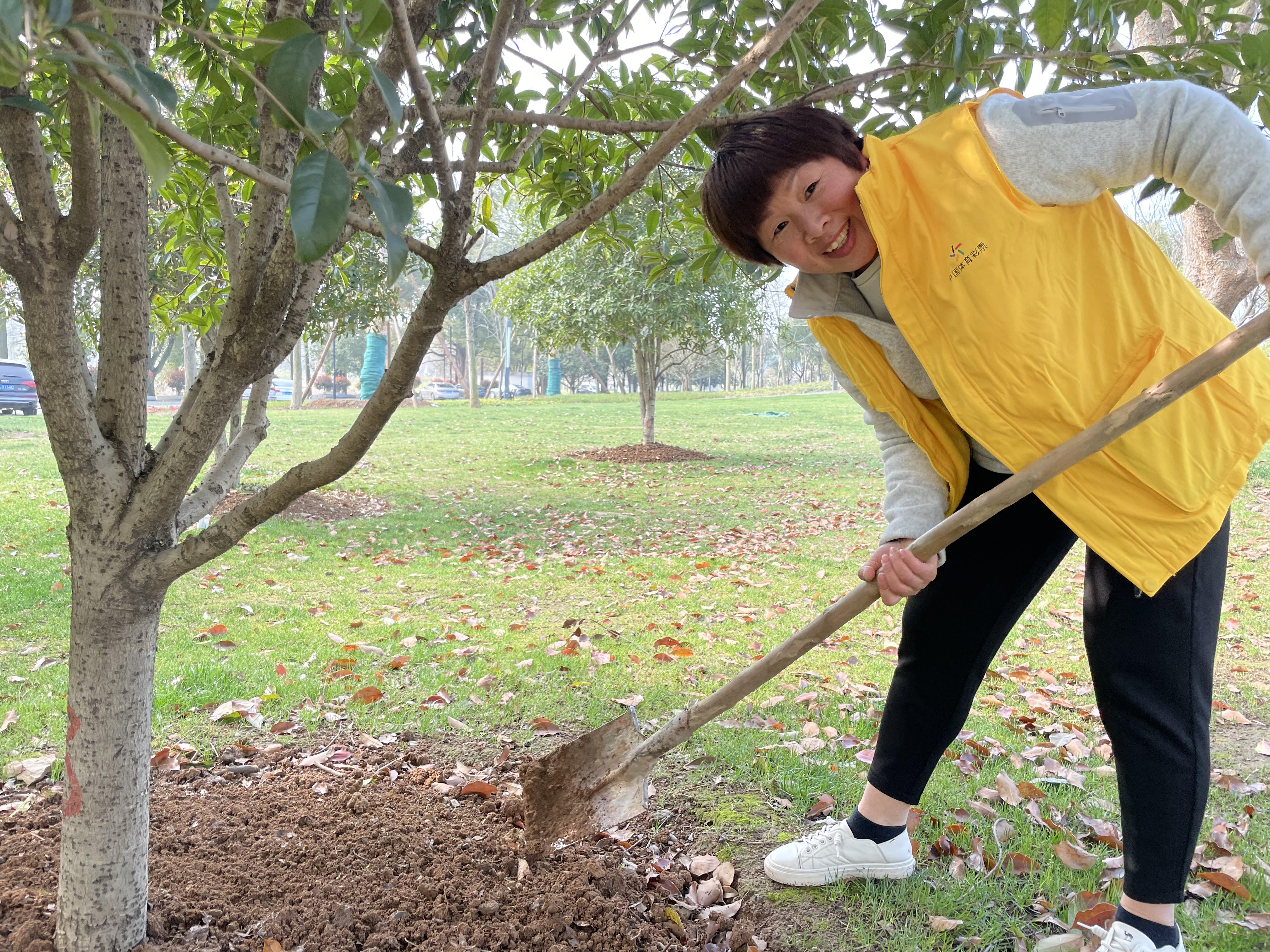 植树节,体彩人义务植树播下爱心与希望