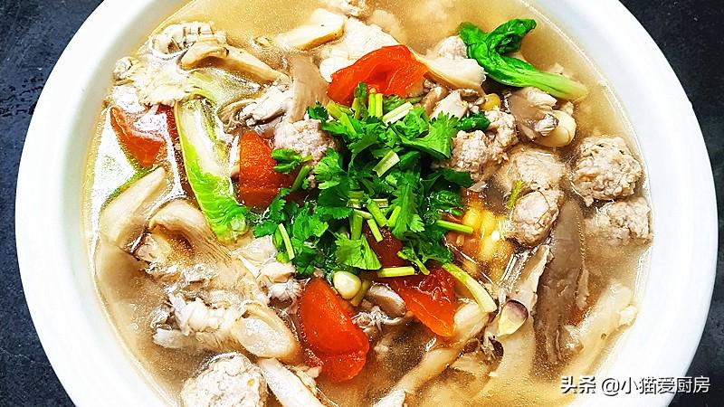 蘑菇别炒着吃了 用西红柿和丸子一起做汤 营养开胃又暖和