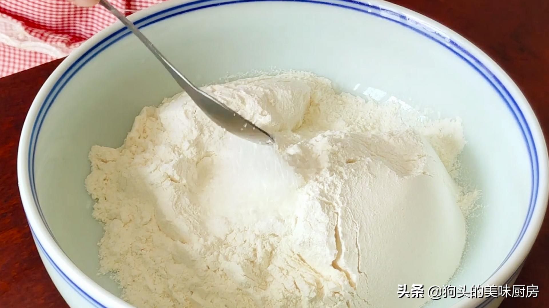 面粉不要做包子馒头了,教你新做法,不蒸也不烤,上桌就扫光 美食做法 第4张