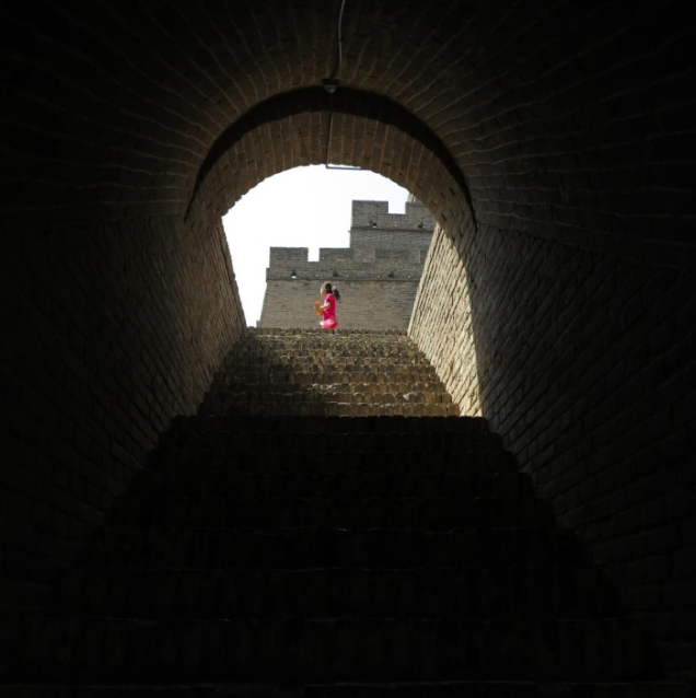 陕西省明长城砖被游客刻字:每层女儿墙和垛口,均看不到完整石砖