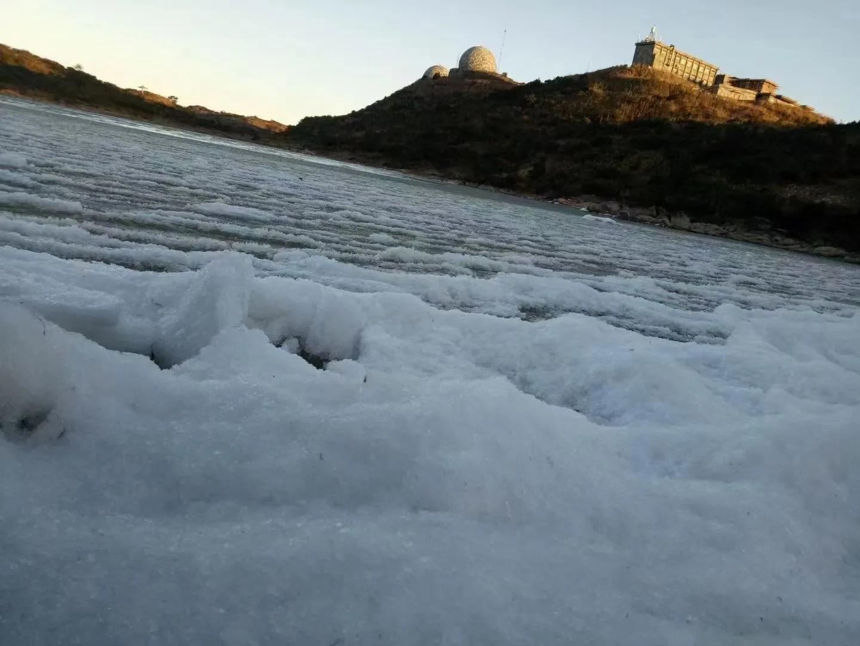 潮州凤凰山天池也结冰了!银装素裹凤凰山,壮观!
